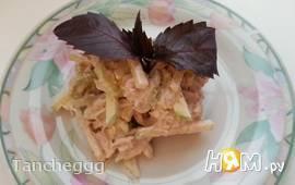 Салат с курицей, яблоком и орехами