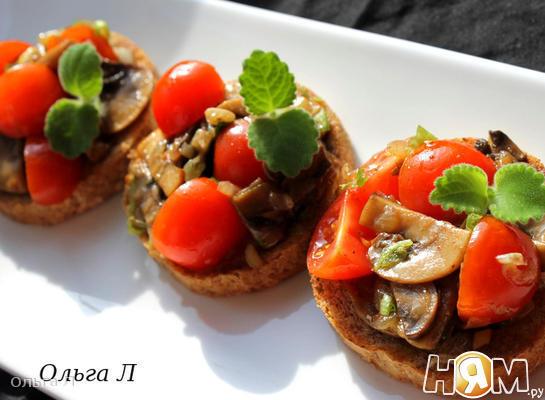 Брускетта с грибами и свежими помидорами