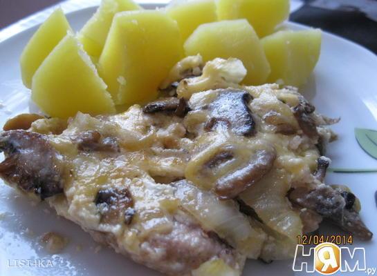Мясо под сырно-сливочным соусом с шампиньонами