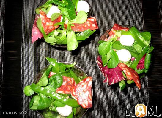 Салат с чоризо, моцареллой и стручковым горошком