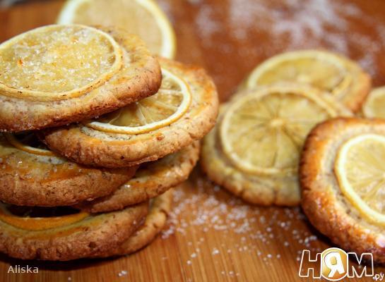 Миндальное печенье с дольками лимона.