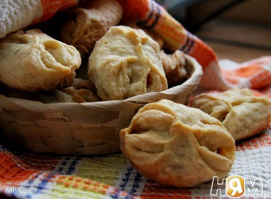 Закусочные пирожки с колбасой и сыром