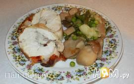 Куриный рулет с белыми грибами и овощами