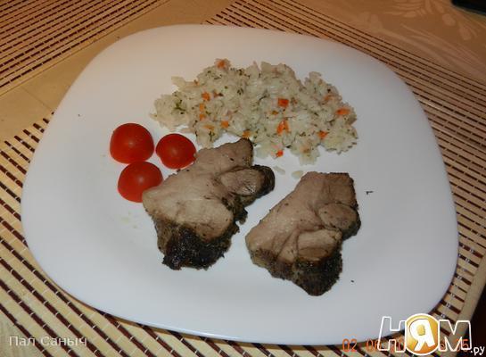 Запеченая пряная свинина с рисом и черри