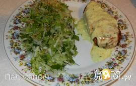 Куриная грудка под сырным соусом с салатом