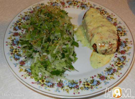 Рецепт Куриная грудка под сырным соусом с салатом