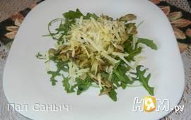 Теплый салат с артишоками на подушке из рукколы