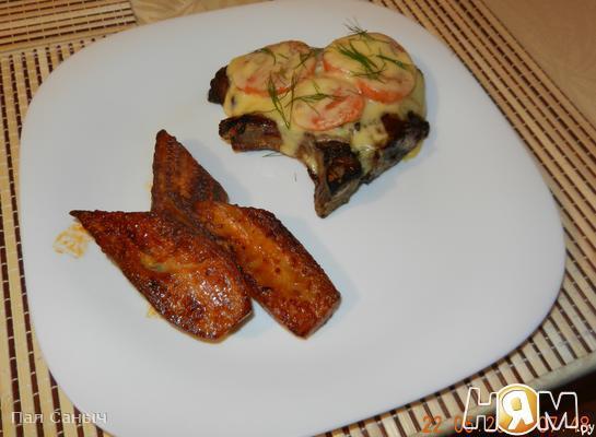 Мясо на косточке с жареными баклажанами