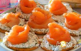 Закуска с красной рыбой на крекере
