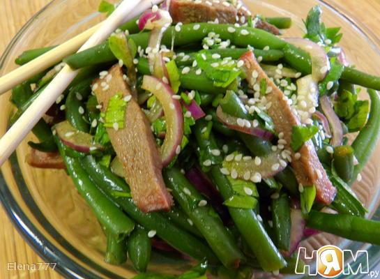 Салат с языком и стручковой фасолью