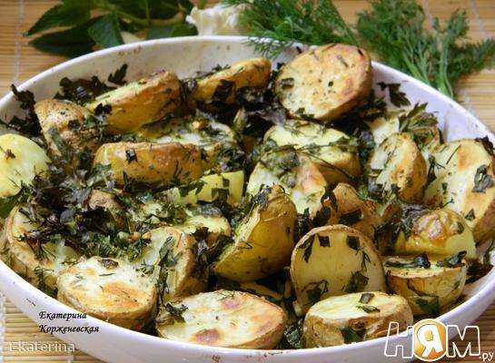 Молодой картофель с зеленью