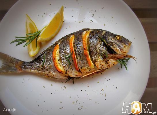Рецепт Дорада, запечённая с лимоном, чесноком и травами