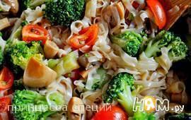 Салат с брокколи, рисовой лапшой и шампиньонами