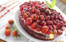 Шоколадный торт с желированной клубникой