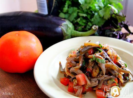 Пикантный салат из баклажан и вешенок