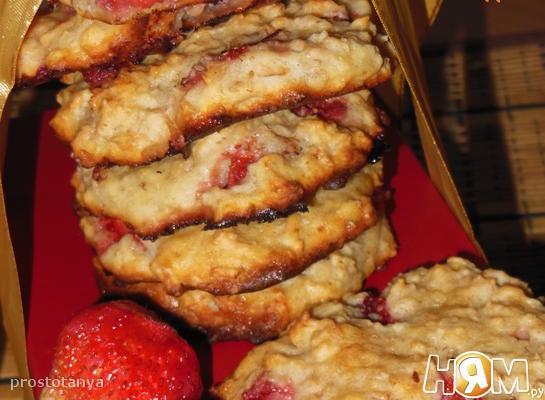 Творожно-овсяное печенье с клубникой