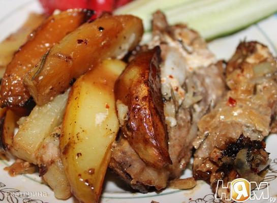Запеченные ребра с картошкой и розмарином