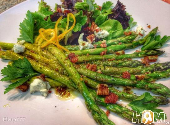 Салат со спаржей и козьим сыром