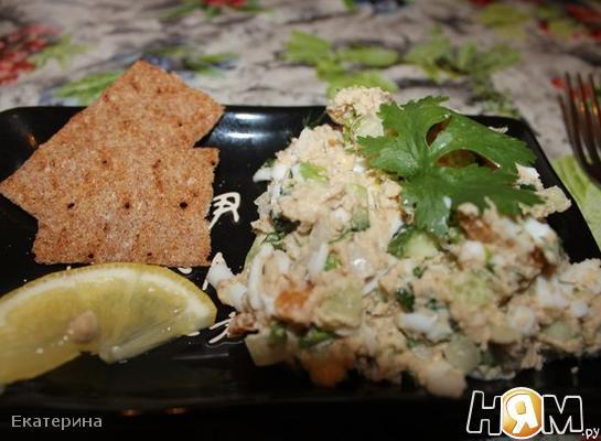 Пикантный салат с печенью трески