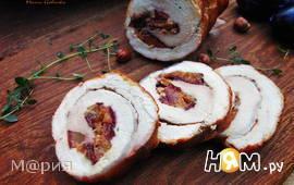 Рулет из свинины со сливами и лесными орехами