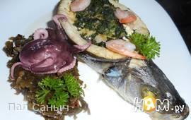 Сибас, запеченый со шпинатом, сыром и креветками