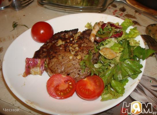 Стейк (антрикот) с салатом микс