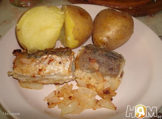 Жареная рыба (хек) с картошкой и луком