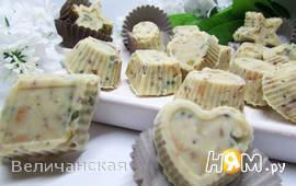 Конфеты из белого шоколада с орехами и цукатами