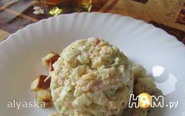 Салат из крабовых палочек с авокадо и сухариками