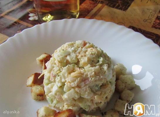 Рецепт Салат из крабовых палочек с авокадо и сухариками