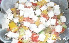 Салат с фетой, фасолью и тунцом