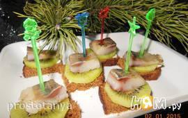 Бутерброды с селёдкой и киви