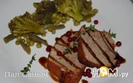 Запеченый свиной окорок с брусничным соусом