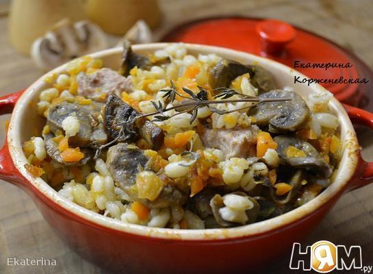 Перловая каша с мясом и грибами в горшочке