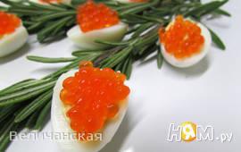 Перепелиные яйца с красной икрой