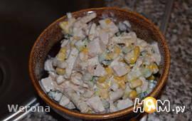 Салат с копченой курицой и сухариками