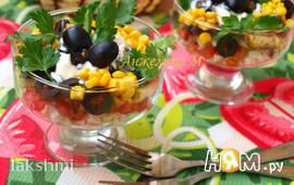 Салат с курицей, сухариками и помидорами