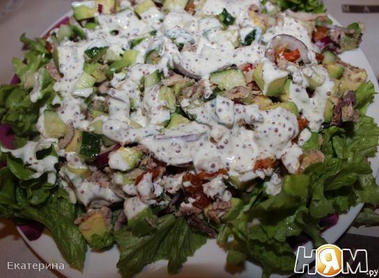 Салат с тунцом и раковыми шейками
