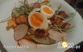Стилизованный паназиатский теплый салат с лососем