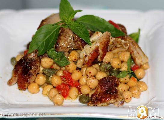 Теплый салат с нутом и курицей от Рамзи