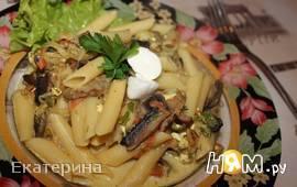 Пенне с грибами, томатами и тремя видами сыра