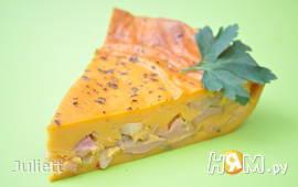 Томатный пирог с луком и колбасами