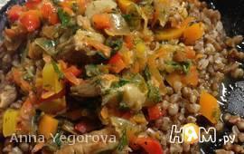 Тушеное мясо с гречкой и овощами