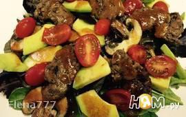 Тёплый салат с куриной печенью, грибами и авокадо