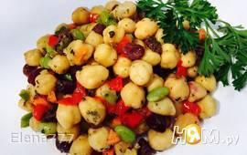 Пикантный салат с нутом и бобами сои