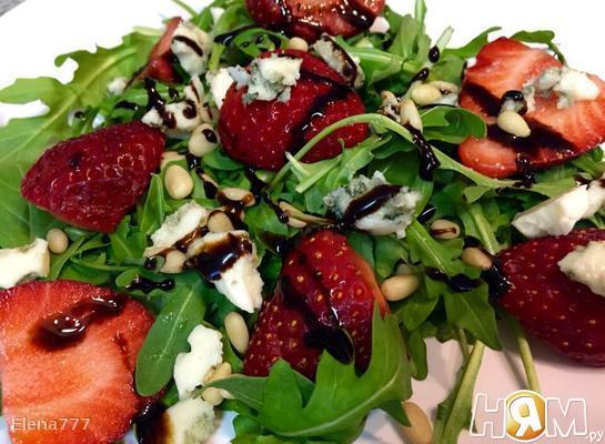 Рецепт Салат с рукколой, клубникой и голубым сыром