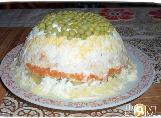 Слоёный салатик с копчёной курицей.