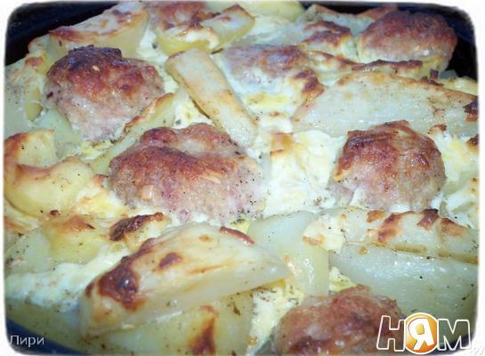 Запеченный картофель с мясными шариками.