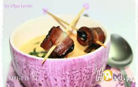 Крем-суп с черносливом в беконе