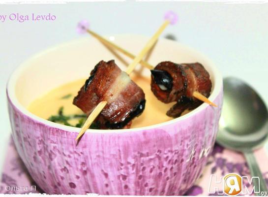 Рецепт Крем-суп с черносливом в беконе